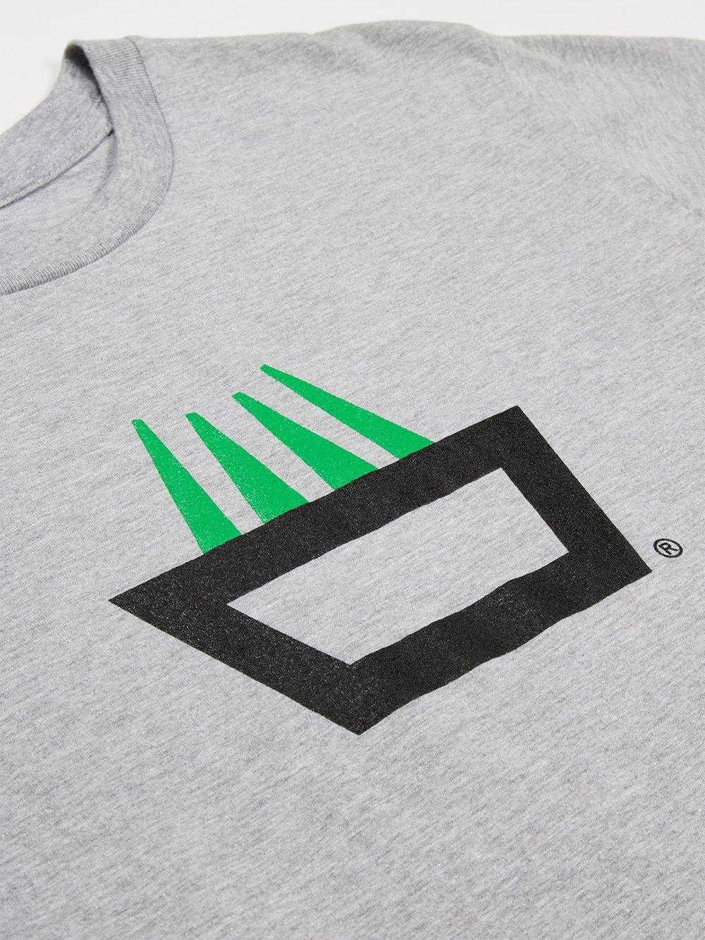Camiseta mimaría hempworks color gris, detalle del logo