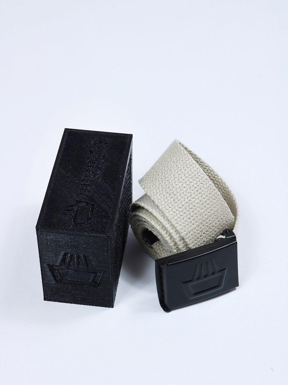 Cinturón mimaría hempworks Xplorer de cáñamo color crudo nature. Hebilla abrebotellas. Embalaje de PLA (ácido poliláctico bioplástico biodegradable) por impresión 3D.