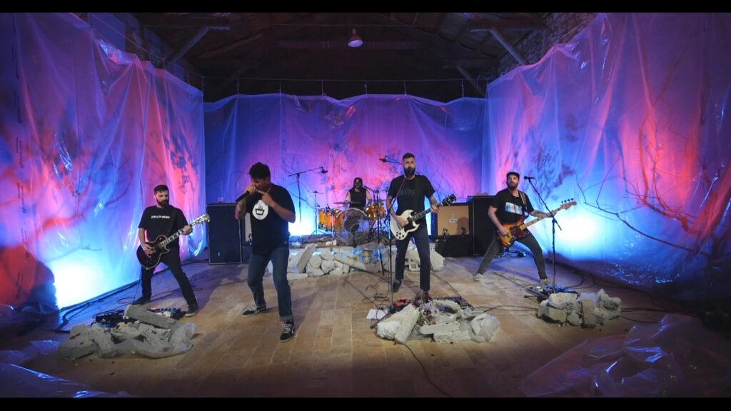 Live Streaming de Desakato Pepo lleva puesta una camiseta mimaría hempworks negative de color negro